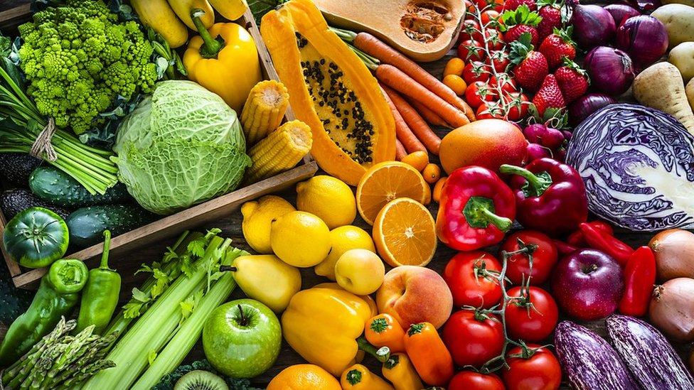 นักวิทยาศาสตร์พบไมโครพลาสติกสะสมอยู่ในผักและผลไม้