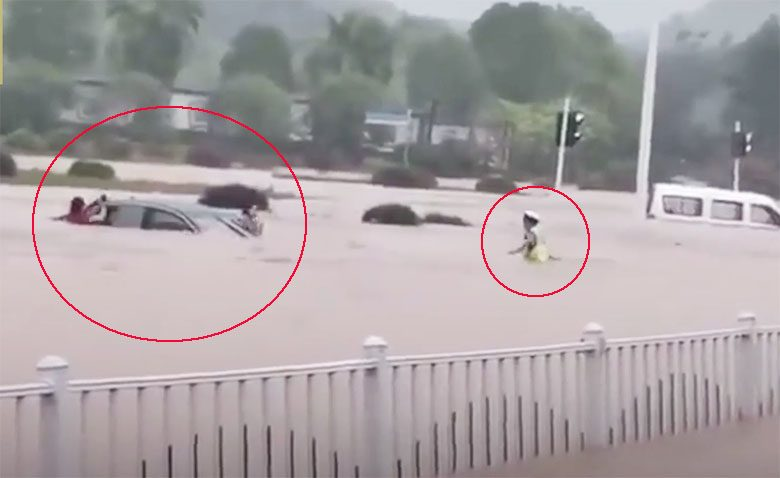 ตร.รุดทุบกระจก ช่วยหญิงติดอยู่ในรถกลางน้ำหลากท่วมหูเป่ย