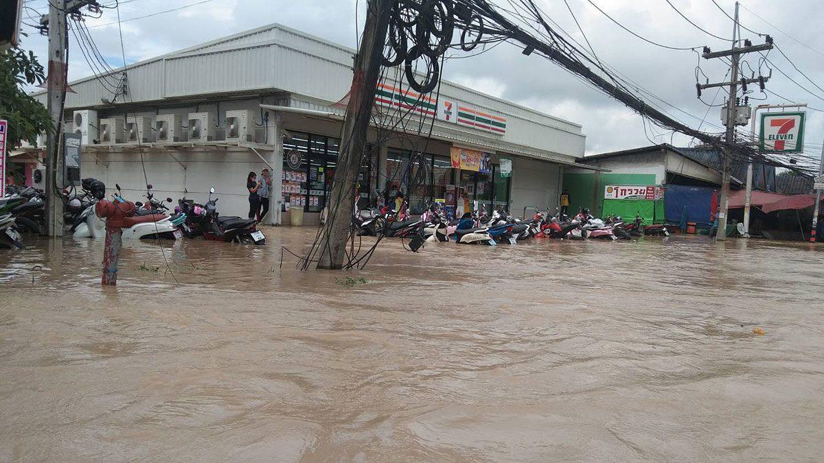 ระยองอ่วม! ฝนถล่มหนักหลายวัน ฝายแตก น้ำทะลักท่วมหมู่บ้านนับร้อย