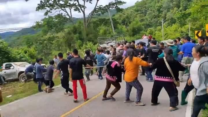 สังคมชื่นชมชาวเขานับ 100 คน ใช้เชือกดึงรถขึ้นจากเหวลึก