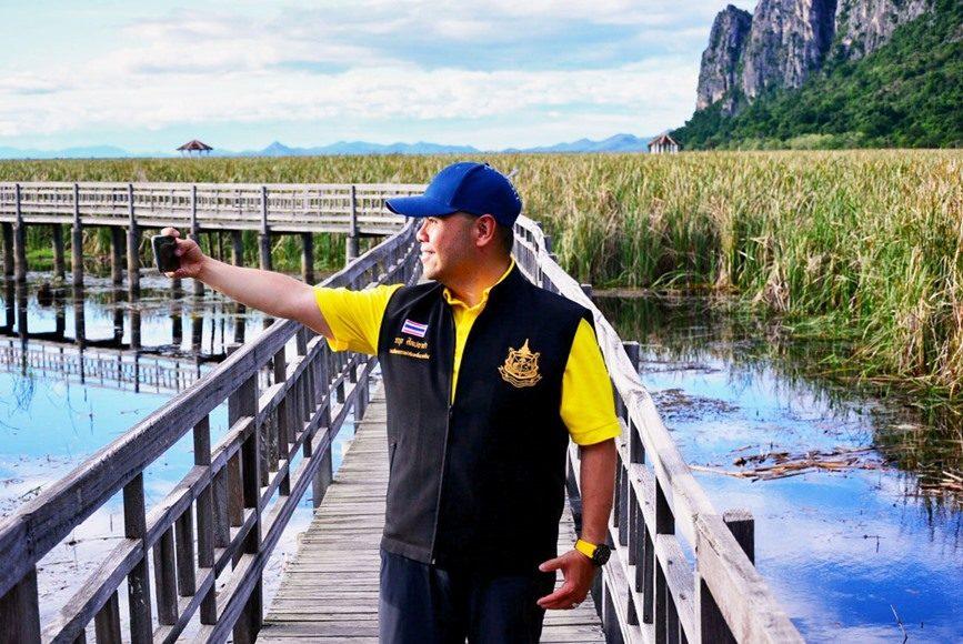 'วราวุธ' ตรวจเยี่ยมคัดกรองนักท่องเที่ยวที่อุทยานสามร้อยยอด