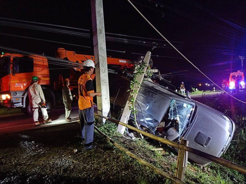 หนุ่มโรงงานควบรถกระบะเสียหลักแหกโค้งชนเสาไฟฟ้าดับ ทำไฟฟ้าถนนบริเวณวัดเจดีย์หอยมืดสนิท