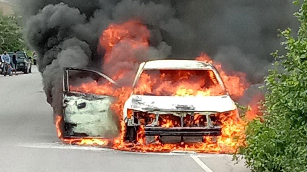 ระทึก! ขับรถอยู่ได้กลิ่นเหม็น จอดดู อยู่ดีดีไฟลุกพึ่บ รถไหม้ทั้งคัน