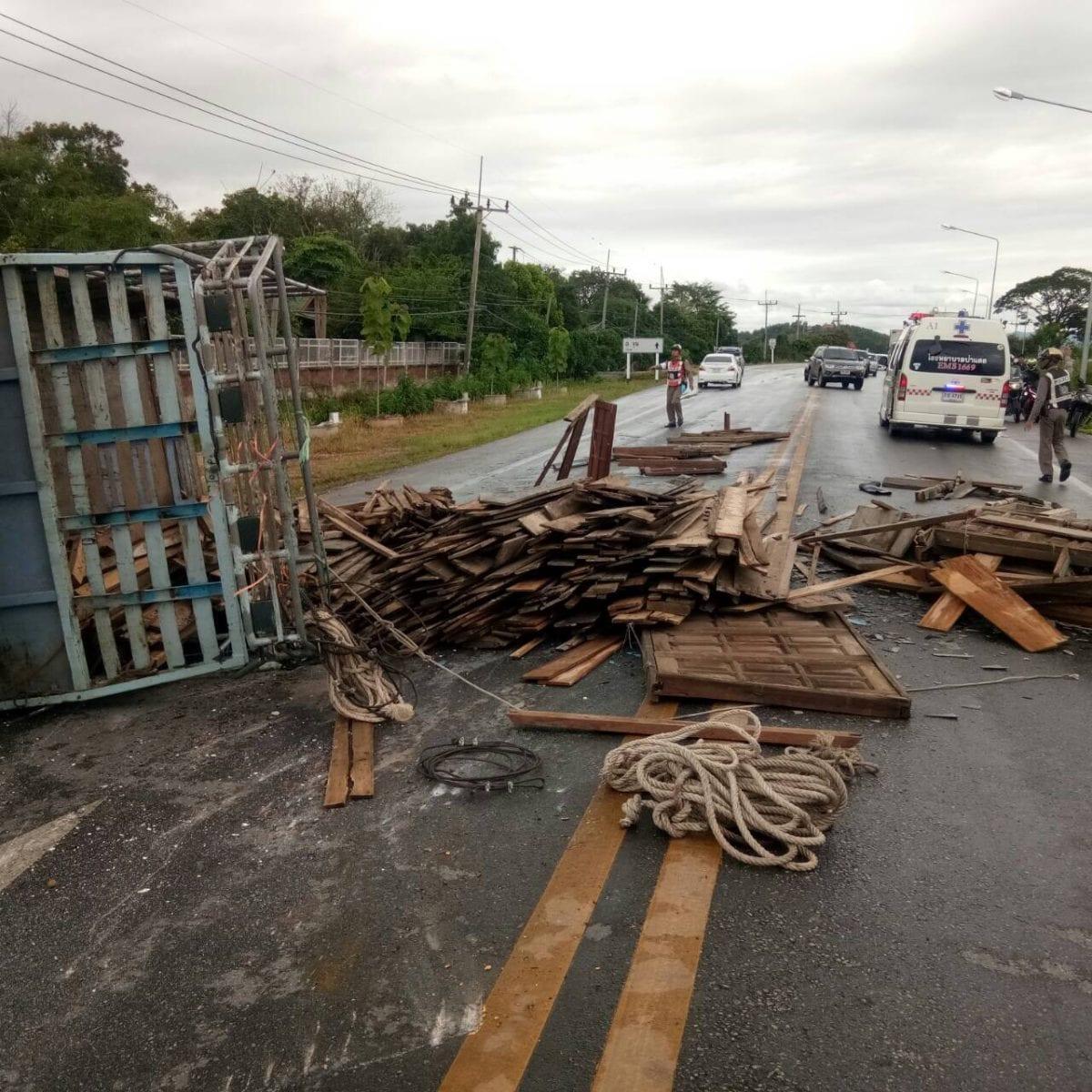 รถ 6 ล้อยางแตก เสียหลักเทกระจาดกลางถนนที่ป่าแดด ตาย 1 เจ็บ 4