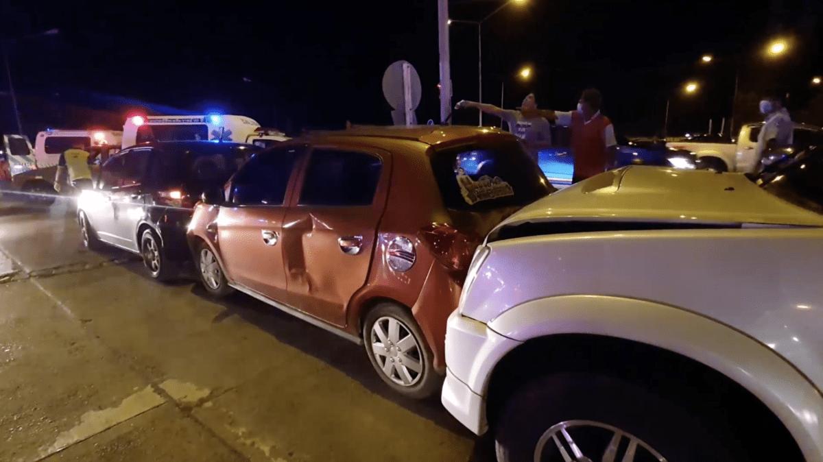 โชเฟอร์รถปูนเมา อ้างเบรคแตก พุ่งชนรถที่ติดไฟแดง เสียหาย 7 คันรวด! เจ็บ 5