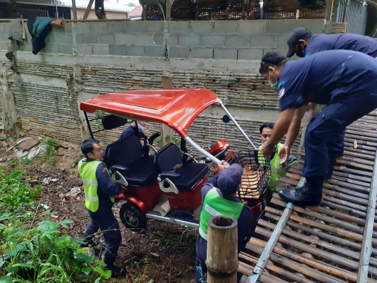 พ่อเฒ่าวัย 72 ปี วูบขับรถมอเตอร์ไซค์ไฟฟ้าพุ่งตกคูน้ำ