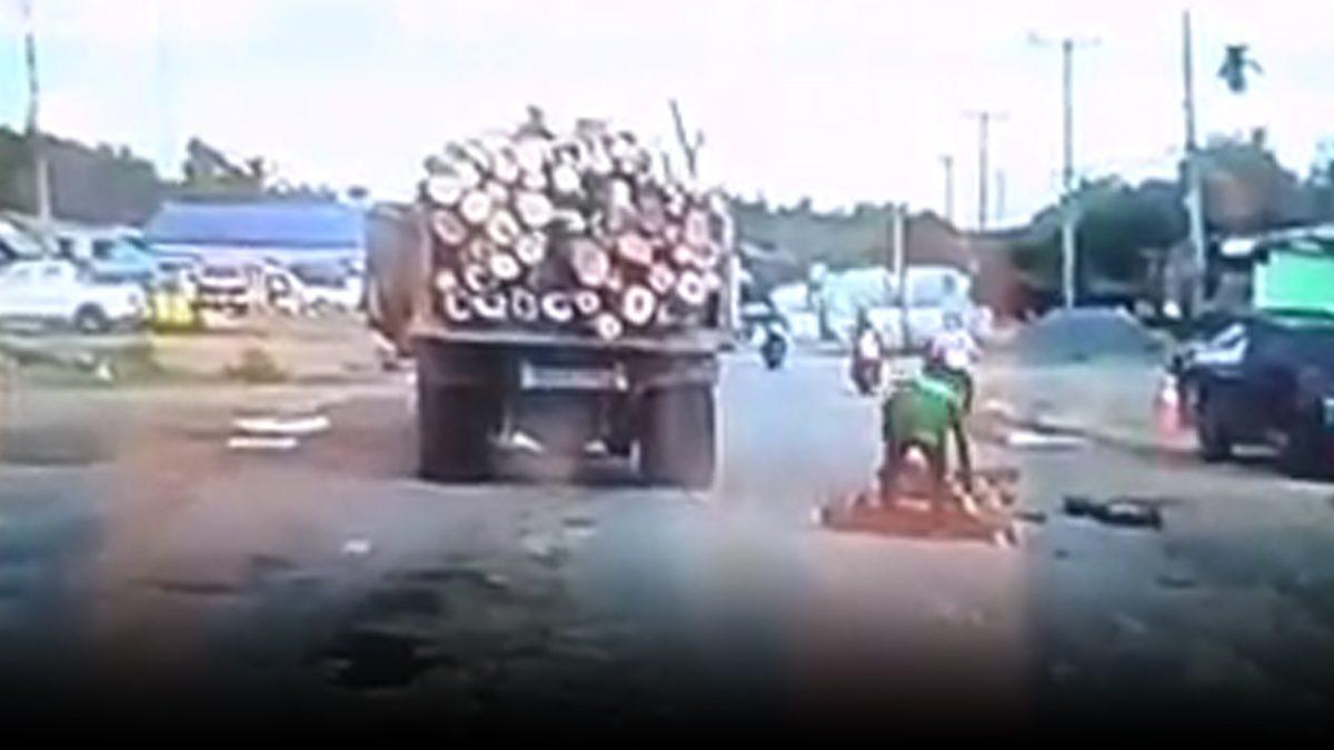 รถบรรทุกทำไม้ตก เกลื่อนถนน กล้องจับภาพสุดหวาดเสียว ตอนจยย.ขี่สวนมา