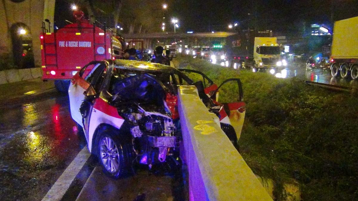 หวิดย่างสดสองสาว ผู้โดยสารแท็กซี่หลับในพุ่งชนราวสะพานไฟลุกท่วม