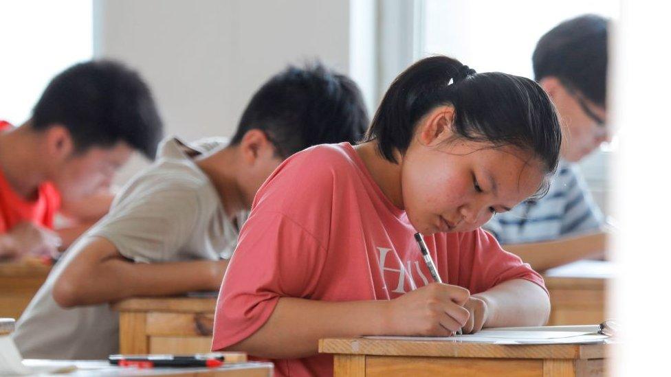 เกาเข่า : ขบวนการใช้เส้นโกงสอบเข้ามหาวิทยาลัยในจีนดับอนาคตลูกชาวนาได้อย่างไร