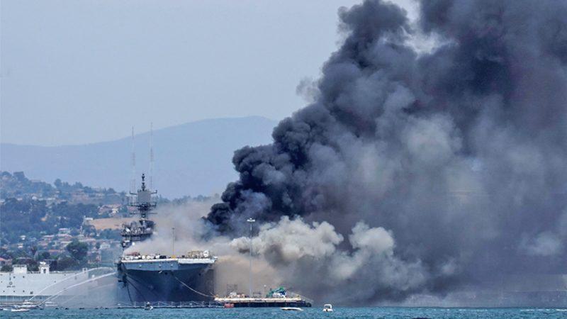 """เรือรบทัพสหรัฐ """"ระเบิด-ไฟลุก"""" เจ็บกว่า 20 คน คาดไหม้อีกหลายวัน-ยังไม่รู้สาเหตุ (คลิป)"""