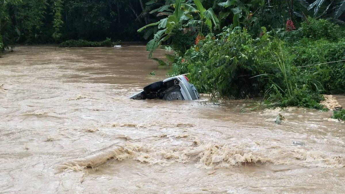 ครูสาว ขับรถไปเยี่ยมนร. รถติดสะพาน ฝนตกน้ำพัดสะพานพัง จมไปกับรถ
