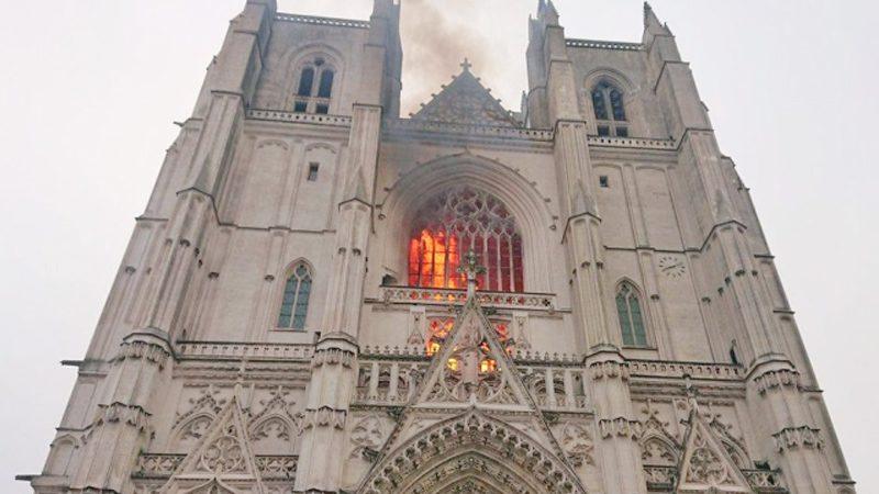 """ฝรั่งเศสช็อกอีก! ไฟไหม้ """"วิหารเมืองน็องต์"""" เก่าแก่เกือบ 130 ปี จนท.กว่าร้อยนายรุดดับเพลิง"""