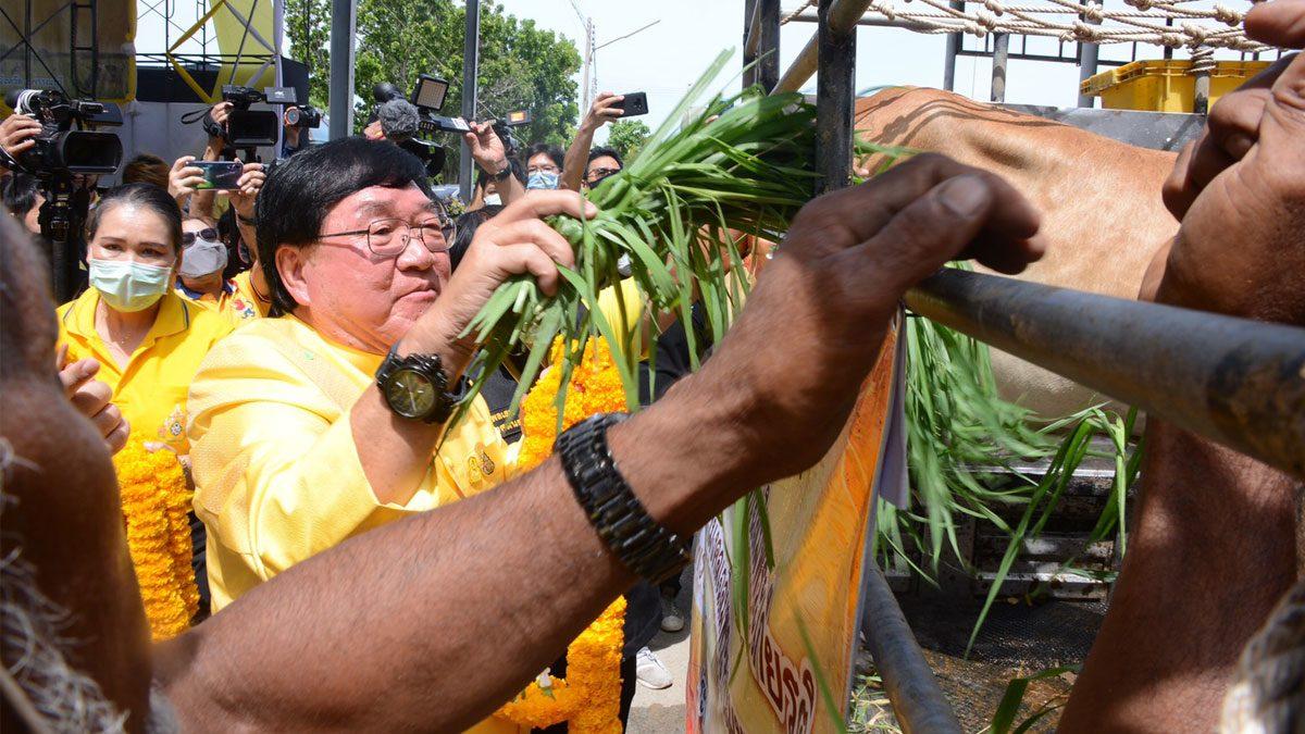 รมช.เกษตรฯ จัดโครงการปศุสัตว์เคลื่อนที่เฉลิมพระเกียรติฯ มอบโค-กระบือให้เกษตรกร