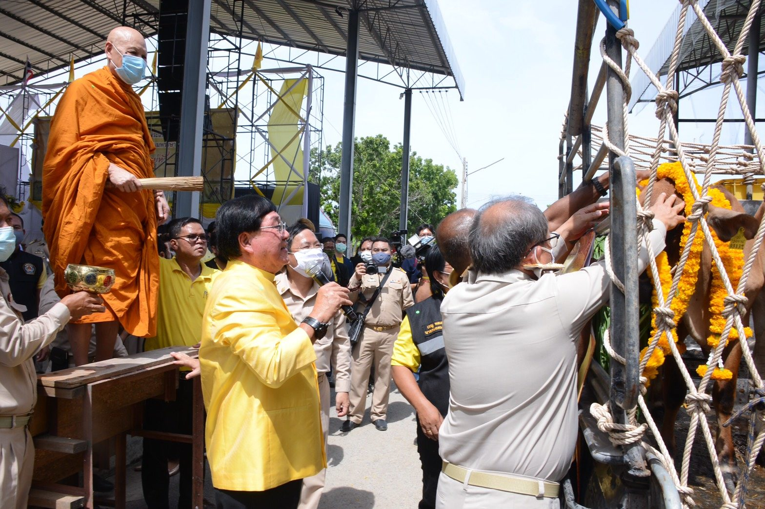 'ประภัตร' ปล่อยขบวนรถปศุสัตว์เคลื่อนที่ พร้อมมอบโคในโครงการธนาคารโค-กระบือฯ ให้เกษตรกร