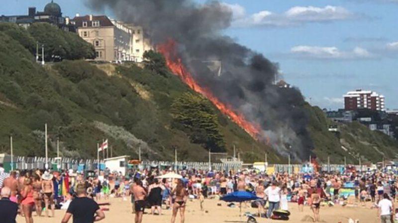 ไฟไหม้ลามเนินเขาริมหาดอังกฤษ ควันลอยพุ่งโรงแรมหรูบนยอด ช็อกคนอาบแดด