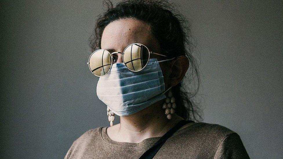 โควิด-19: ช่างภาพอิตาลีตามบันทึกอุปสรรคของคนตาบอดในโลกที่ต้องรักษาระยะห่าง