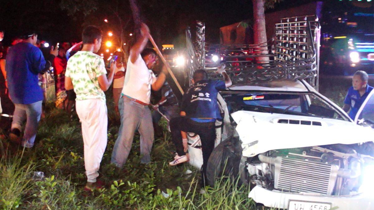 อีกนิดจะถึงบ้าน หนุ่มขับกระบะเสียหลัก พุ่งอัดต้นไม้ตกร่องกลางถนนดับสลด