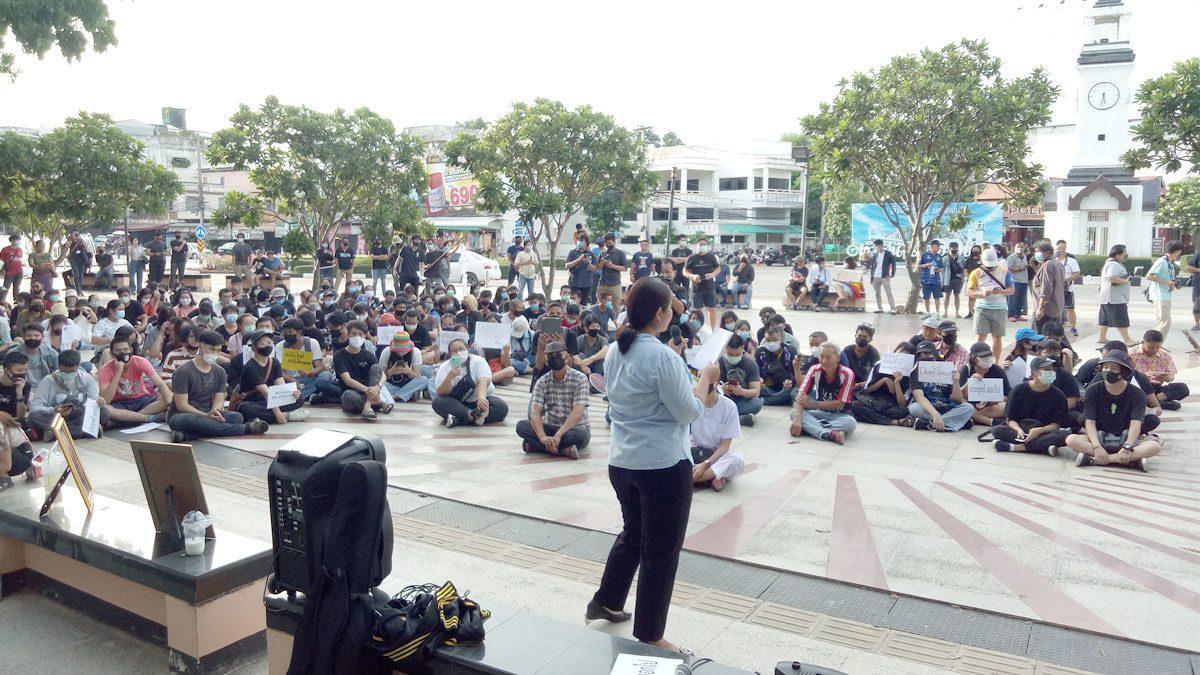 นักศึกษาลำปางฮือ รวมตัวข่วงนคร ไล่รัฐบาล-ยุบสภา จัดเลือกตั้งใหม่