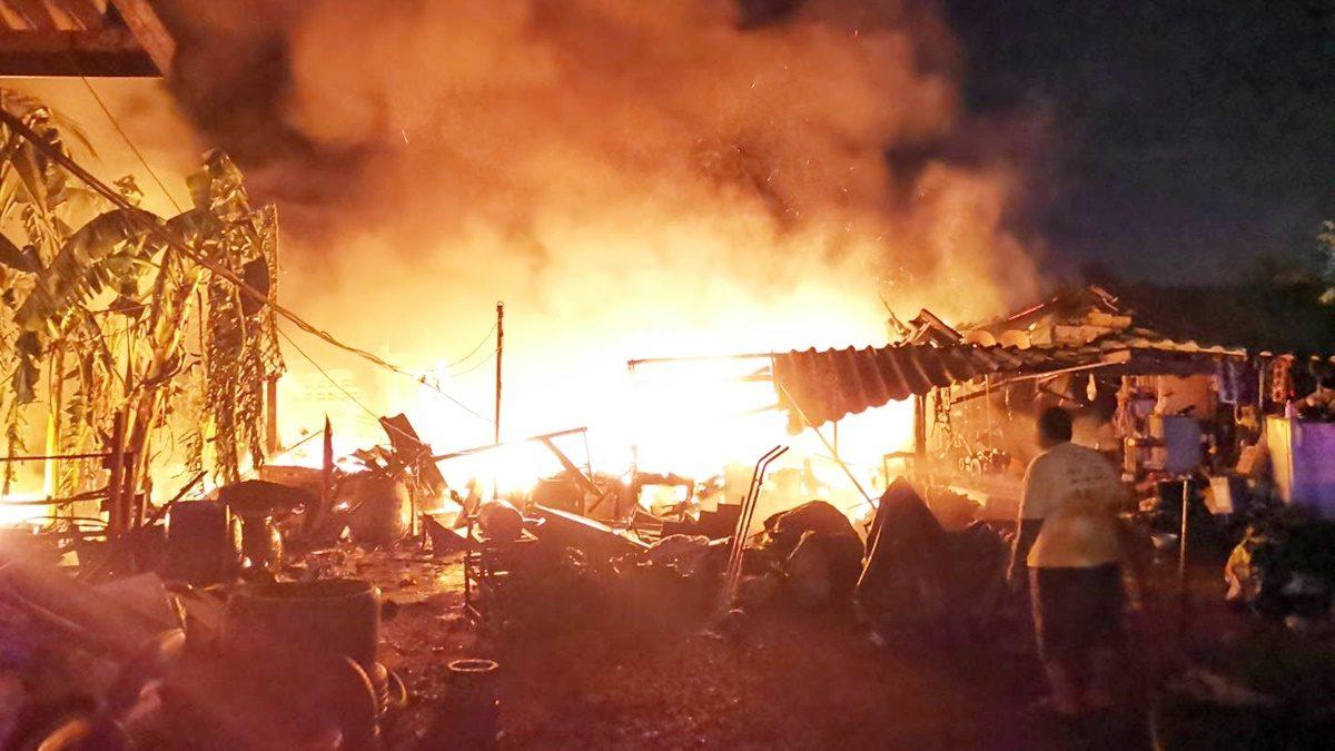 ไฟแดงฉานลุกโชนเผาอู่! หนุ่มพยายามฝ่าเข้าบ้านเอาของมีค่า เครื่องเสียงมูลค่านับล้านวอด