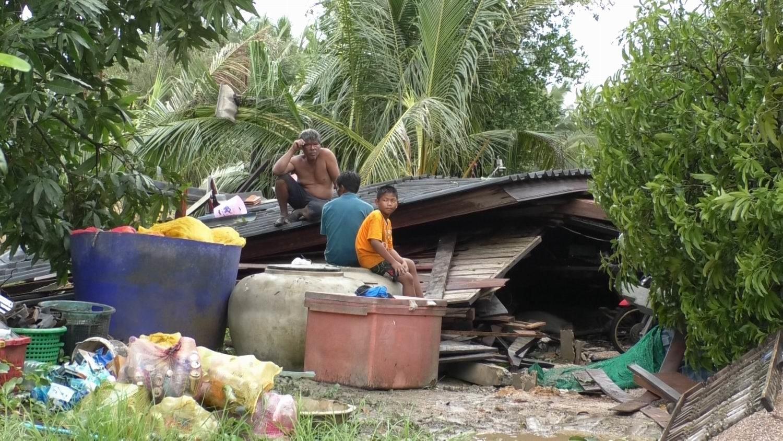 พายุพัดกระหน่ำอัมพวาบ้านไม้40 ปี พังทั้งหลัง บาดเจ็บ2ราย
