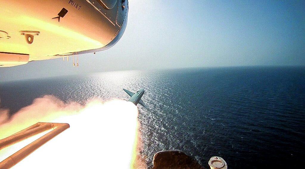อิหร่านยิงขีปนาวุธจากฮ.ใส่เรือรบจำลองให้สหรัฐชมเป็นขวัญตา
