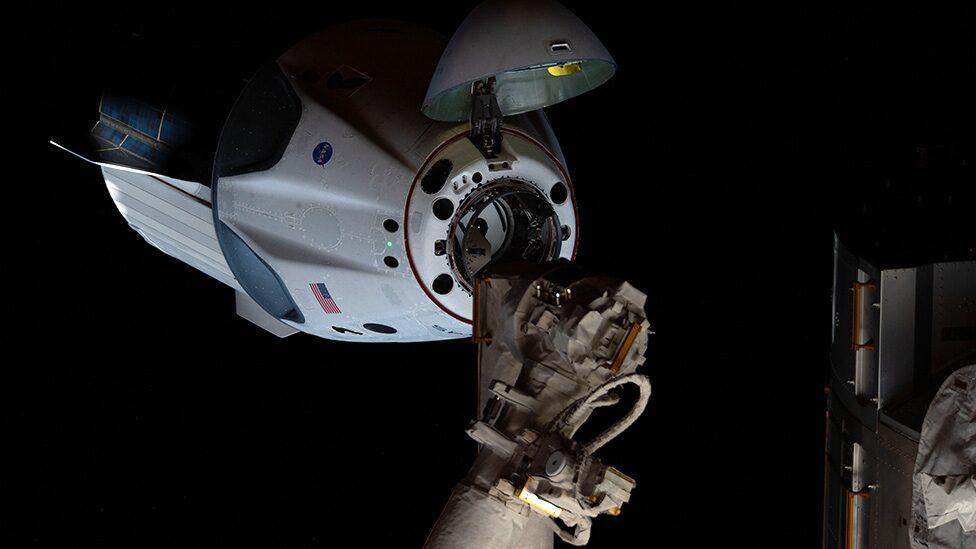 """นาซา-สเปซเอ็กซ์: แคปซูลบรรทุกนักบินอวกาศ """"ดรากอน"""" เตรียมลงจอดในทะเลฟลอริดา"""