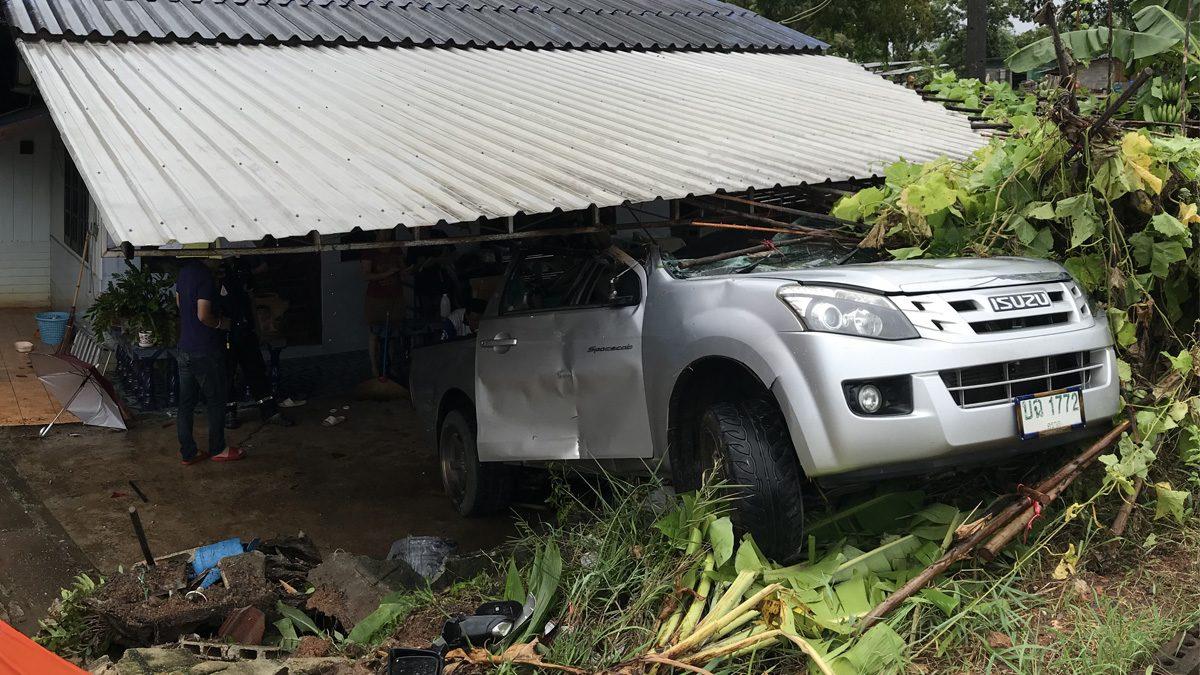 ถนนลื่น! กระบะเสียหลัก พุ่งชนบ้านประชาชน เจ้าของโอดโดน 2 ครั้งแล้ว