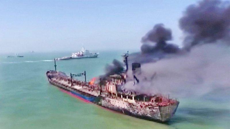 """ผงะ """"เรือน้ำมัน"""" ชน """"เรือสินค้า"""" ในแยงซี ลำหนึ่งจม-อีกลำไฟไหม้ เร่งหาลูกเรือหายอื้อ"""