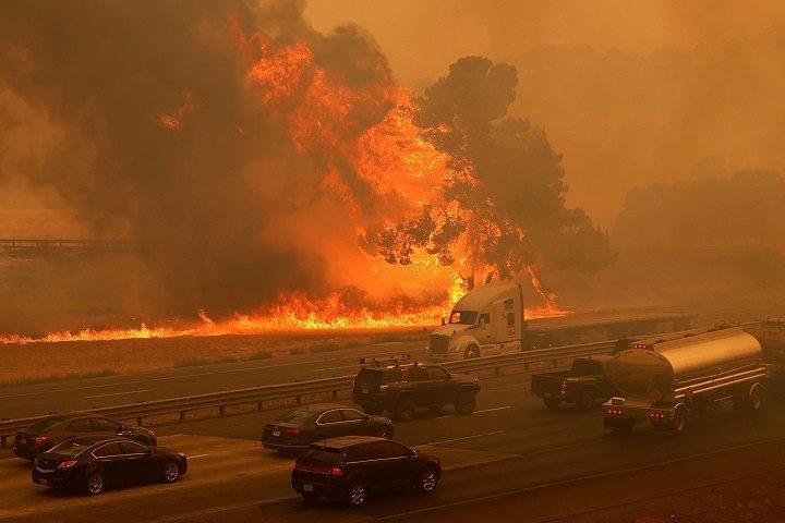 แคลิฟอร์เนียยังอ่วม หลายหมื่นอพยพหนีไฟป่า ดับแล้ว 2 ศพ