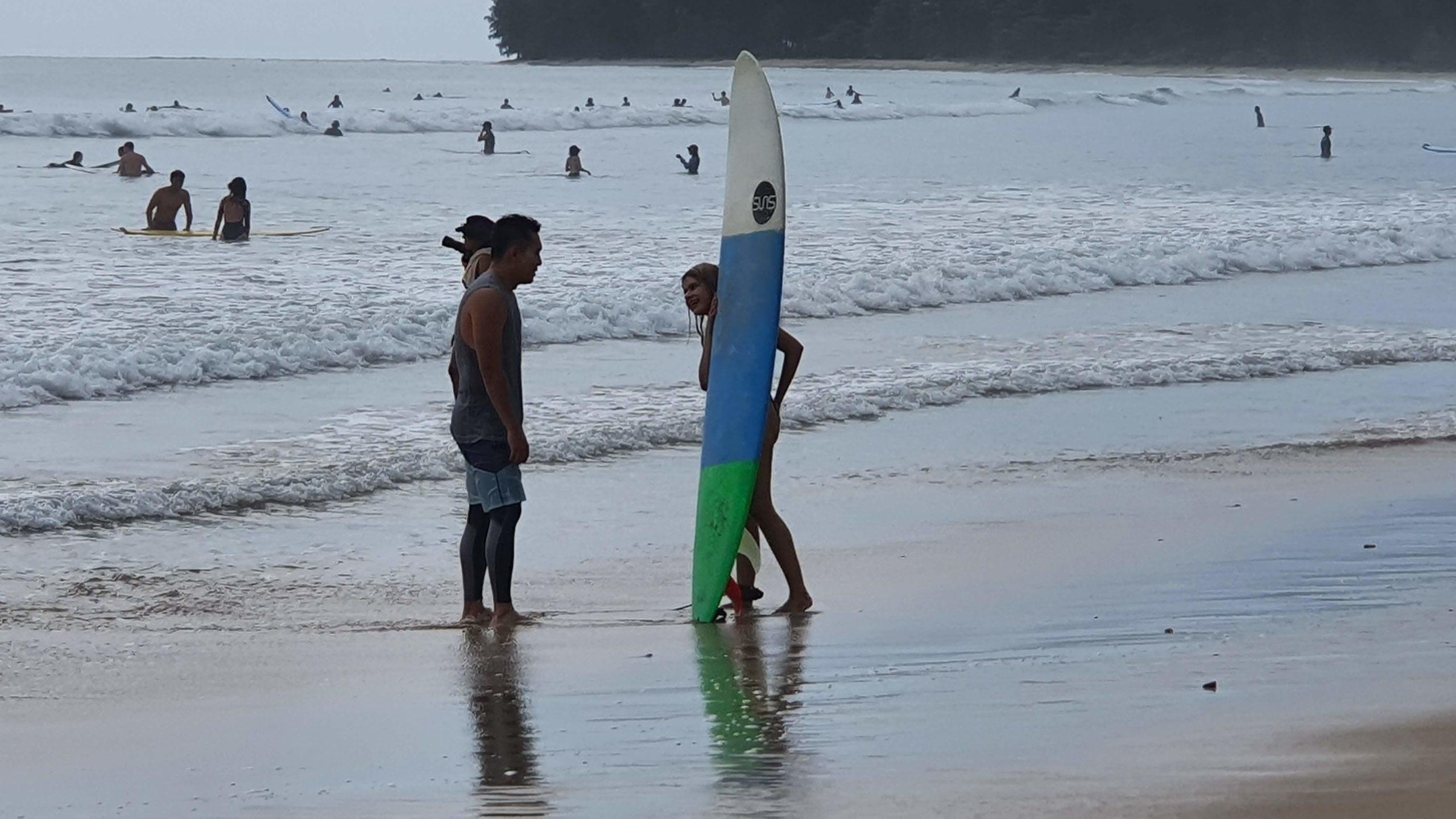 หยุดยาว 4 วัน คึกคัก นักท่องเที่ยวแห่เล่นเซิร์ฟบอร์ด แน่น! หาดเขาหลัก