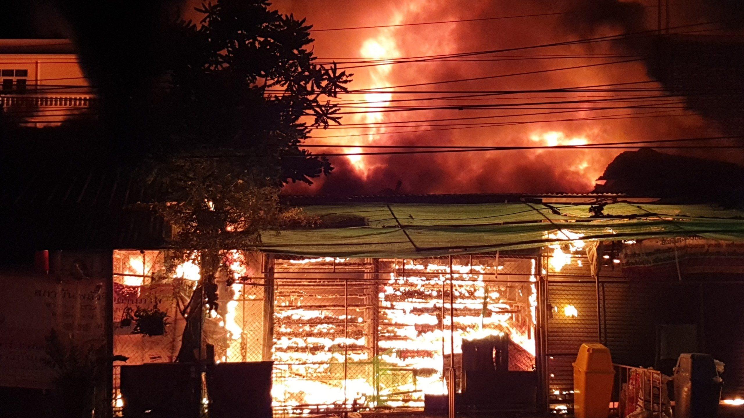 วอด 60 ล้าน! ไฟไหม้ร้านพลาสติก-อะไหล่รถลางเมืองประจวบฯเสียหาย 6 คูหา