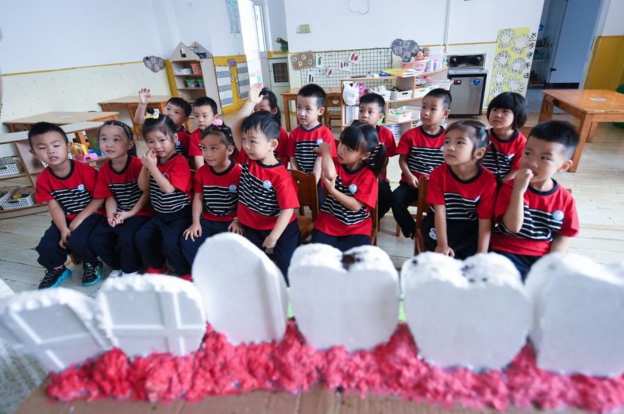ฟันนั้นสำคัญนัก! เด็กจีนเรียนรู้ 'แปรงฟัน' ให้ถูกวิธี