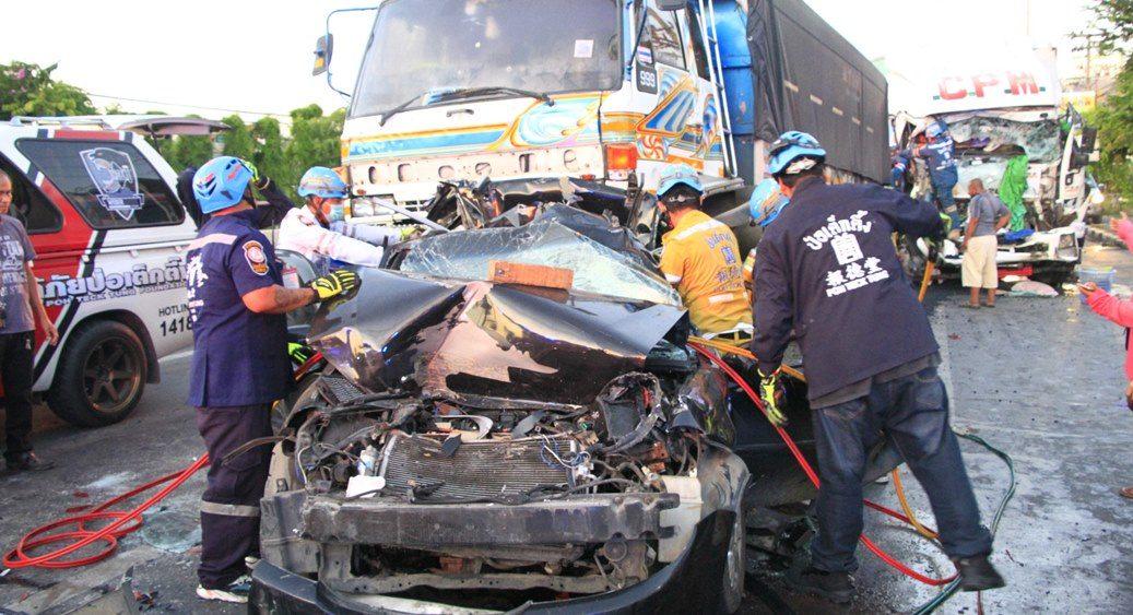 รถพ่วงหลับใน ชนสิบล้อ-เก๋งจอดติดไฟแดงเจ็บติดคาซาก 4 ราย