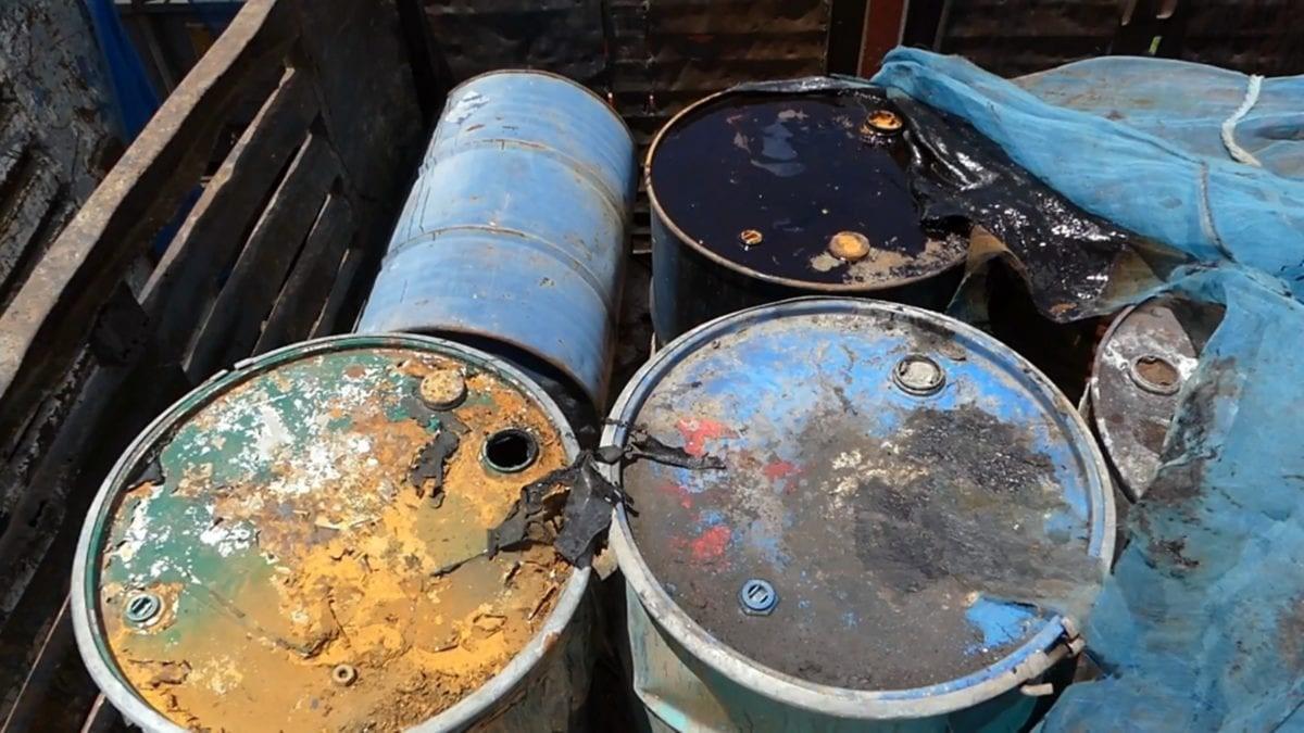 ชาวบ้านโวยรถบรรทุกสารเคมีถูกจอดทิ้งส่งกลิ่นเหม็น วอนช่วยนำไปกำจัด
