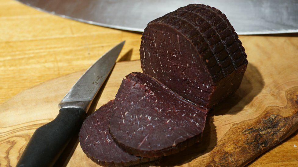 """โควิด-19: """"เนื้อวาฬ เป็นตัวแทนวัยเด็กและความทรงจำของผม"""" เจ้าของร้านอาหารในนอร์เวย์กล่าว"""