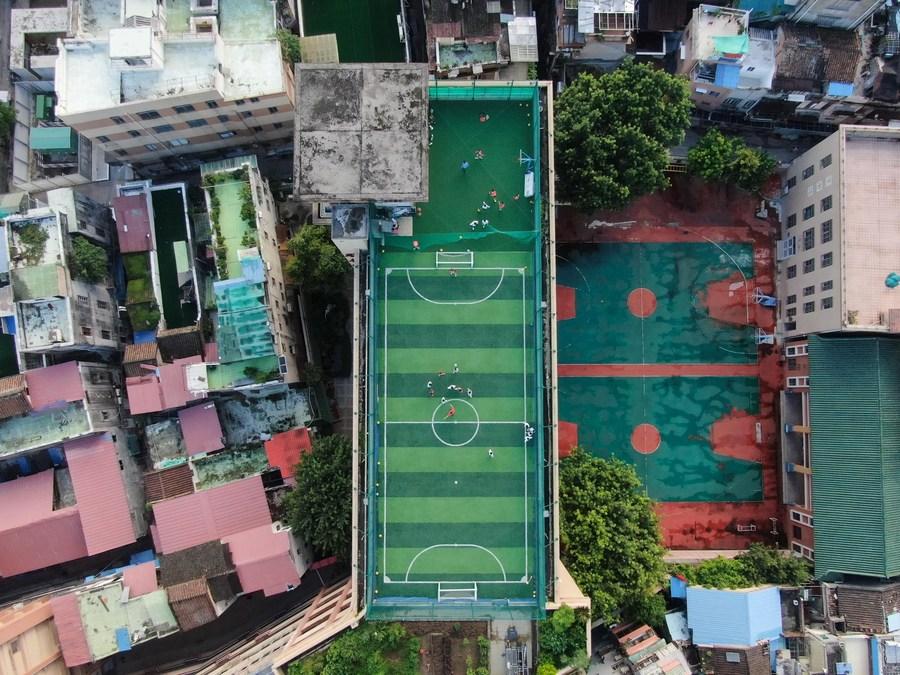 โรงเรียนจีนผุด 'สนามกีฬาดาดฟ้า' จบปัญหาที่ดินไม่พอ