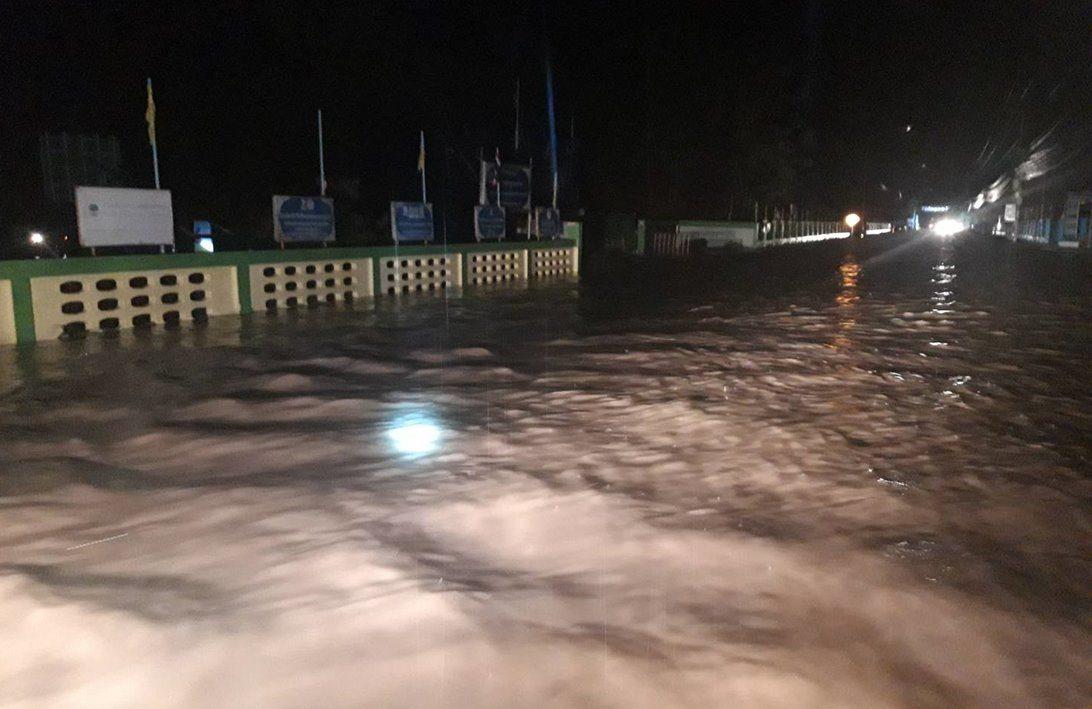 น้ำป่าทะลัก ท่วมถนนบ้านเรือนกว่า 30 หลัง อ.ขุนหาญ โรงเรียน-โรงพยาบาลจมใต้น้ำ