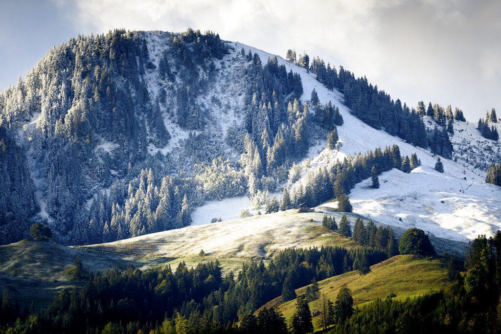 หิมะมาแล้ว อากาศแถบเทือกเขาแอลป์ลดฮวบ ยังไม่ทันพ้นกันยาฯ