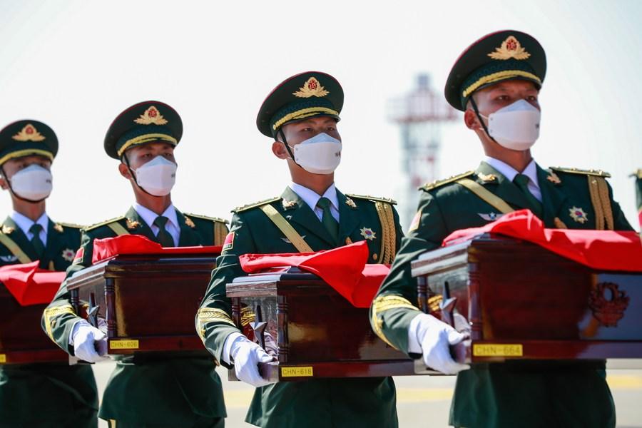 สมเกียรติ! พิธีรับมอบ 'กระดูกทหารจีนผู้สละชีพ' คืนมาตุภูมิ ณ สนามบินเกาหลีใต้