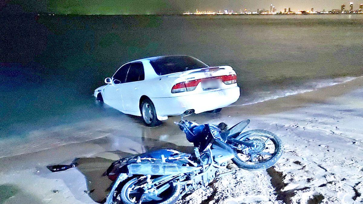 เก๋งซิ่งหยอกล้อเล่นกับเพื่อนในรถ ก่อนเสียหลักชนจยย. พุ่งตกทะเล