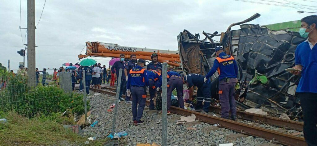 แพทย์เผยเหยื่อรถไฟชนรักษาใน รพ.พุทธโสธร 10 คน ในจำนวนนี้นอนไอซียู 4 คน