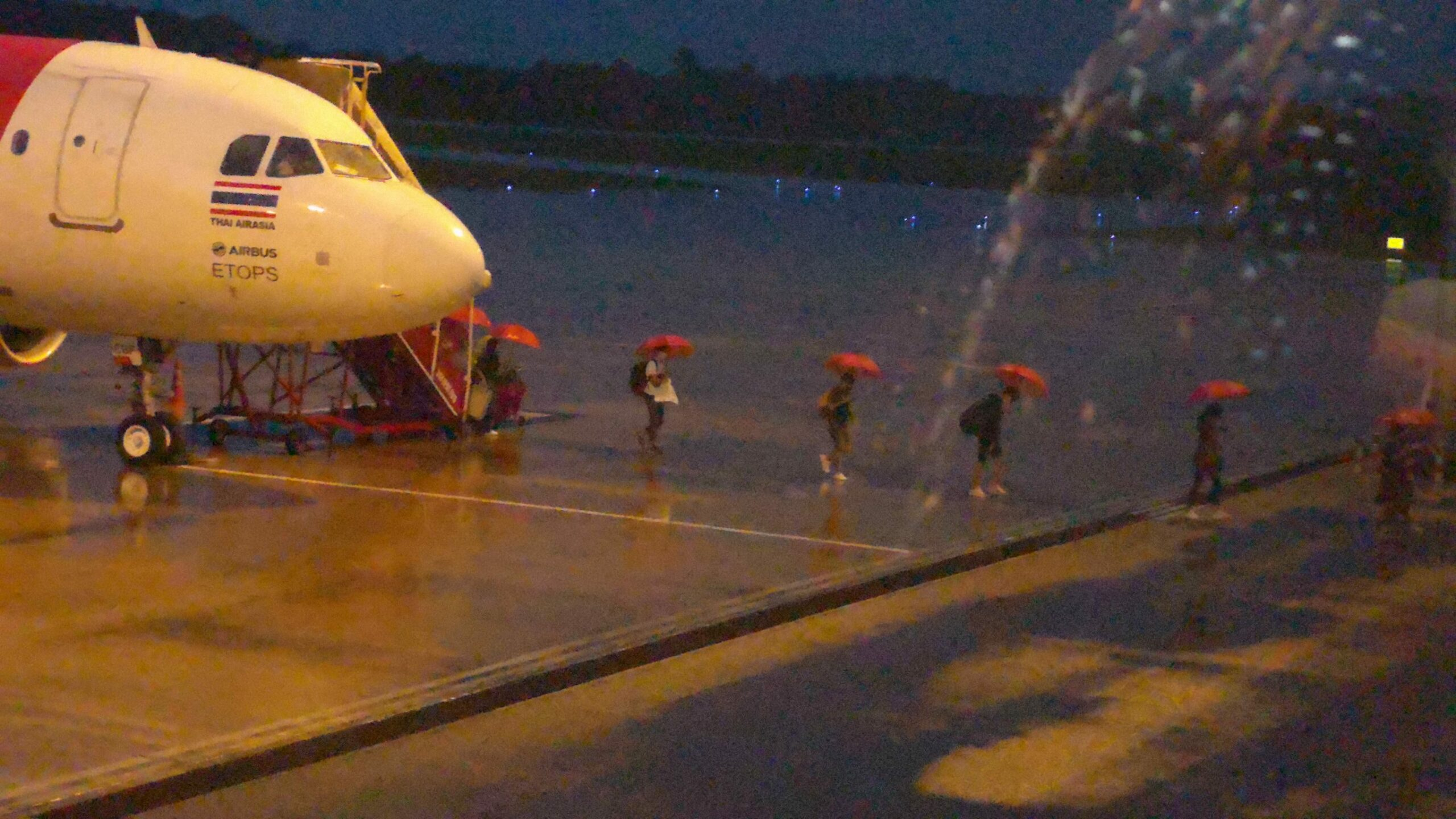 ฤทธิ์พายุฝนกระหน่ำตรังปกคลุมสนามบิน ผู้โดยสารลุ้นลงจอดไม่ได้ ดีเลย์นาน 5 ชม.