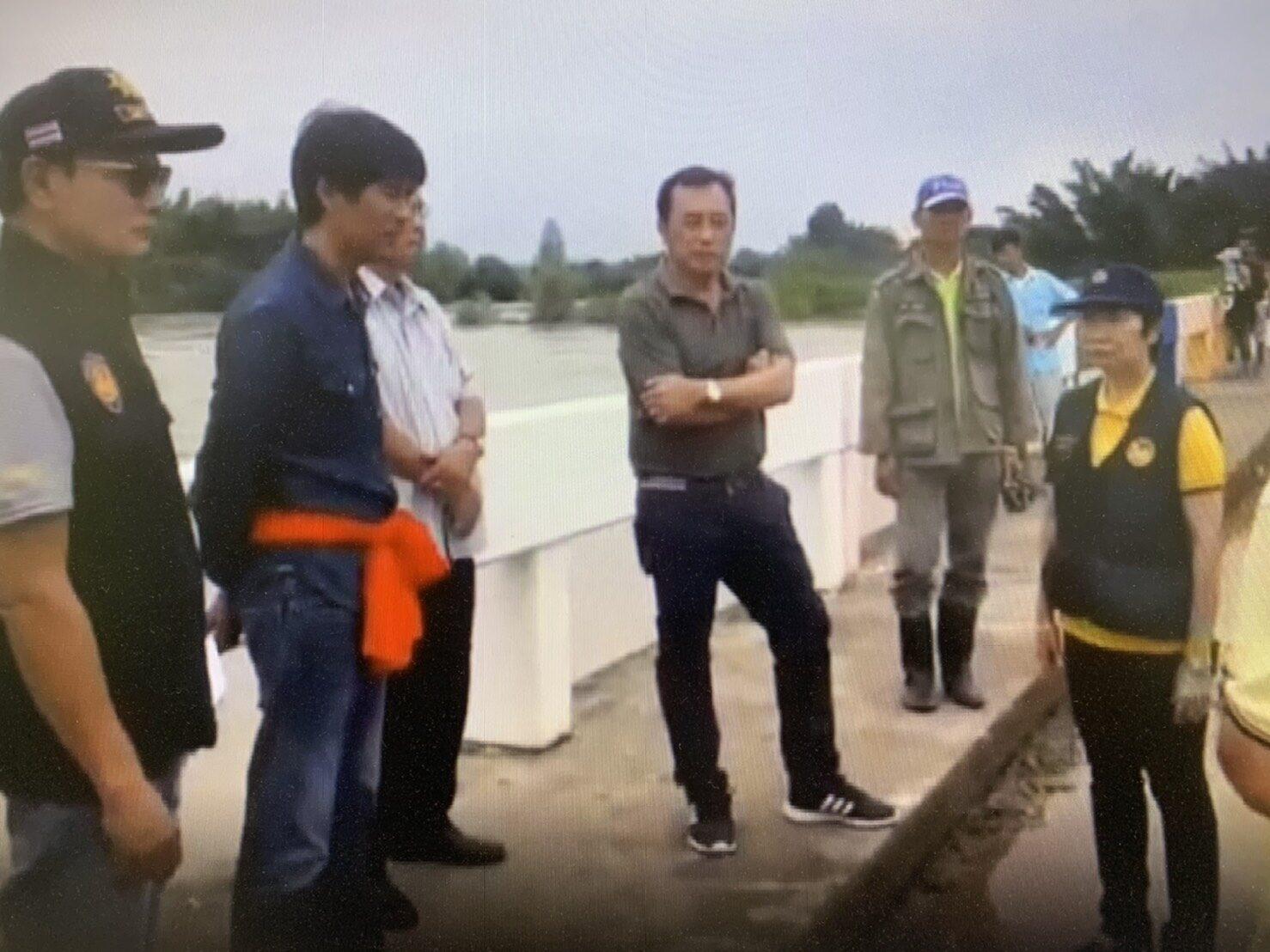 พ่อเมืองกาญฯลงพื้นที่ ลุยน้ำช่วยเหลือชาวหนองไผ่ หลังฝนถล่ม ล่าสุดระดับน้ำในลำภาชีเริ่มลดลงแล้ว