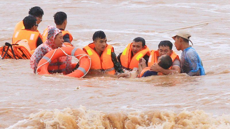 """เวียดนามเซ่นอุทกภัยพุ่ง 17 ศพ-หายอื้อ ไต้ฝุ่น """"หลิ่นฟา"""" ซัดซ้ำ คาดน้ำท่วมสูงถึงปลายเดือน"""