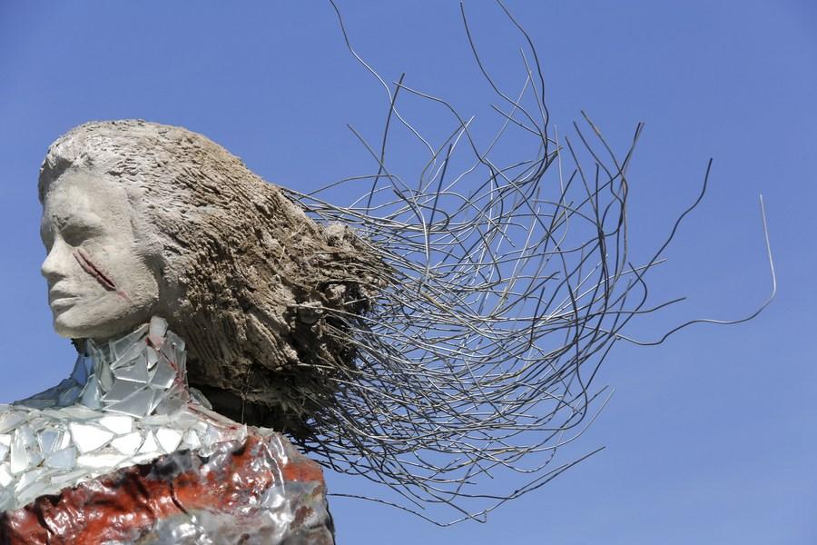 เกิดใหม่จากเศษซาก! ศิลปินเลบานอนรังสรรค์ 'สุภาพสตรี' จากหิน 'ระเบิดเบรุต'