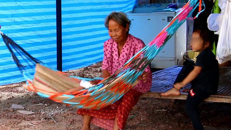 สุดรันทด! ยายวัย 78 ไร้บ้าน รับภาระเลี้ยงหลาน 3 คน บางวันต้องเดินขอข้าวประทังชีวิต