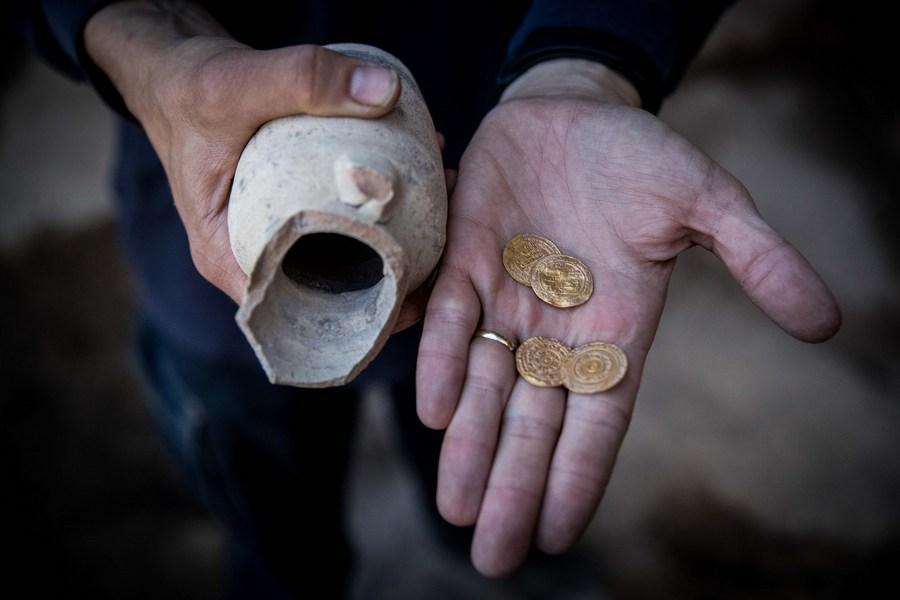 อิสราเอลพบเหยือกเก่า 1,000 ปี ซุก 'เหรียญทอง' สภาพสมบูรณ์