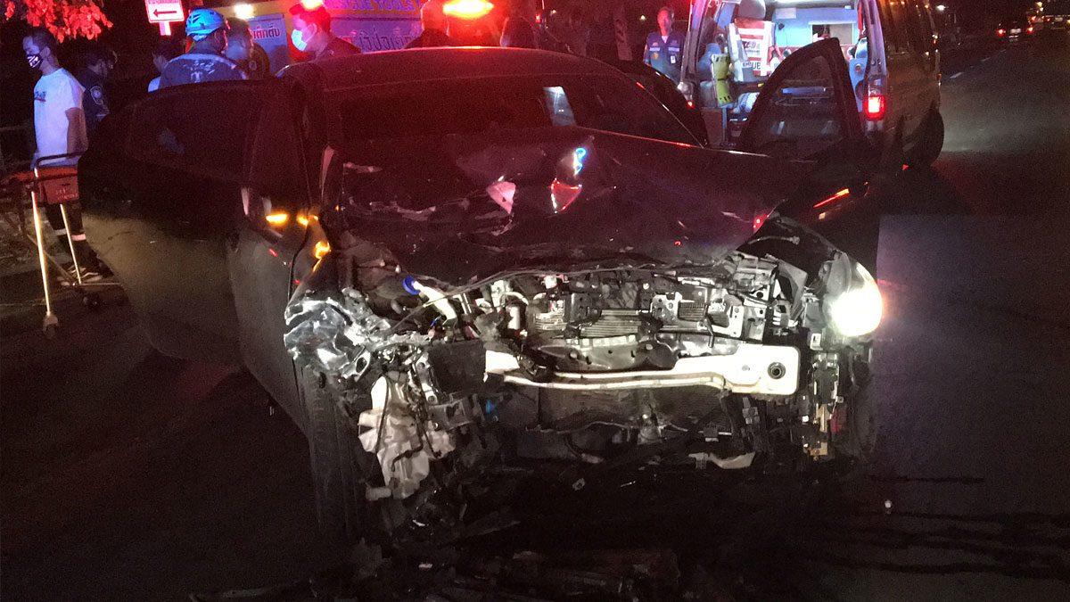 รถชกันระทึก หน้ารภพังเสียหาย คนขับติดคารถ หวิดดับ กู้ภัยเร่งช่วยนำส่งรพ.
