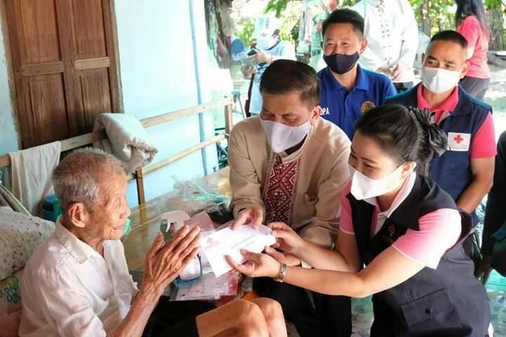 ผู้ว่าฯลำพูนพร้อมนายกเหล่ากาชาดช่วยเหลือผู้สูงอายุ ผู้พิการ และผู้ป่วยยากไร้