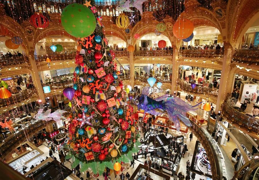 ยิ่งใหญ่อลังการ! ห้างฯ ฝรั่งเศสโชว์ 'ต้นคริสต์มาสยักษ์' หลังคลายล็อกดาวน์